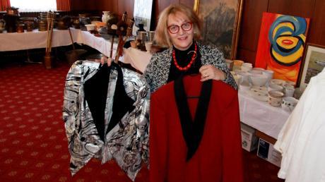 Auch Service-Bekleidung, die man vor einigen Jahrzehnten für besondere Events wie Silversterbälle angeschafft hatte, bietet Gabi Dreisbach an.