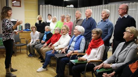 Dirigentin Jewgenia Raisova (links) gibt den Ton an: Seit 30 Jahren gibt es den gemischten Chor in Oberottmarshausen. Das Jubiläum feiern die Mitglieder mit einem Konzert im Bürgerhaus. Doch für Vereinsvorsitzende Marianne Beck (dritte rechts vorne) ist es nicht immer einfach, neue Mitglieder zu finden.