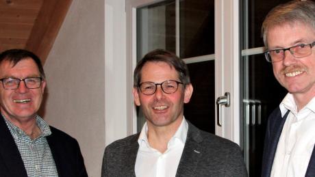 Der amtierende Bürgermeister Konrad Dobler (links) gratuliert seinem Nachfolger Marcus Knoll. Rechts der unterlegene Herbert Graßl.
