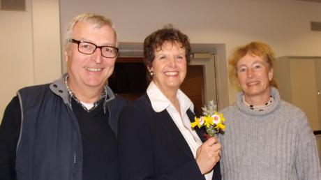 Mit Blümchen gratuliert Wahlkampfmanagerin Andrea Strahl (rechts) der wiedergewählten Bürgermeisterin Cornelia Thümmel (Mitte). Mit ihr freute sich gestern Abend ihr Ehemann (links).