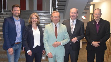 Fünf der sieben Kandidaten kamen zum Fototermin ins Rathaus: (von links) Christian Toth (FDP), Kirsi Hofmeister-Streit (Grüne), Helmut Schuler (FW), Wahlsieger Franz Feigl (CSU) und Frank Skipiol (AfD).