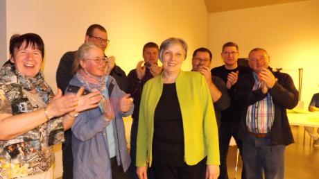Applaus für die Siegerin des Abends: Margit Jungwirth-Karl bleibt Bürgermeisterin von Walkertshofen.