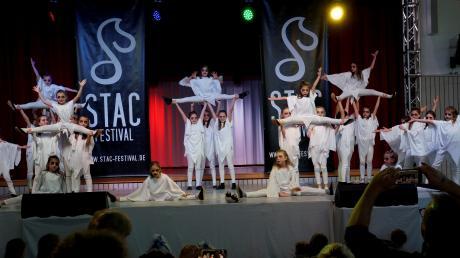 Mehr als 1300 Tänzerinnen und Tänzer zeigten vergangenes Jahr beim Stac-Festival in der Schwarzachhalle in Gessertshausen ihre Shows. Nun sollte es am Wochenende in Königsbrunn neu starten. Doch das Coronavirus verhindert das.