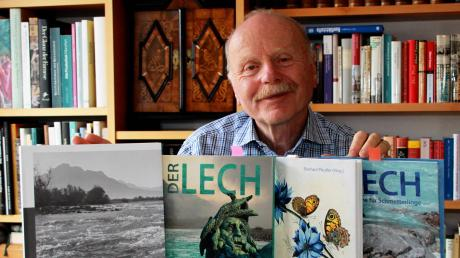 Dr. Eberhard Pfeuffer, ein Experte für die Natur am Lech, wird von der Stadt Königsbrunn mit ihrem Kulturpreis 2019 ausgezeichnet. Unsere Aufnahme zeigt ihn mit den vier Büchern, die er über den Lech und Augsburger Naturforscher herausgebracht hat.