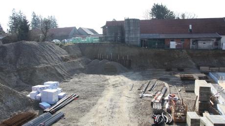 Die Nähe des Bauernhofes am oberen Bildrand zum Ärzte- und Pflegezentrum führte zu Änderungen des Bebauungsplanes und zur Wiederholung der öffentlichen Auslegung.