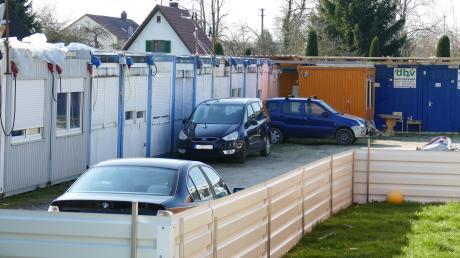 Die Wohncontainer auf einem Anwesen in der Sichelstraße werden von den Anwohnern als störend empfunden. Die Genehmigung für die Unterkünfte wurde gerade um zwei Jahre verlängert.