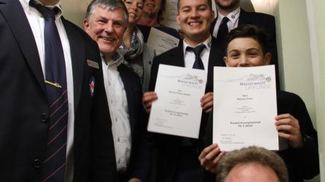 Das Bild zeigt geehrte Mitglieder im Rahmen der Jahreshauptversammlung.