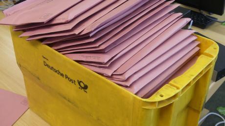 Über 10.000 Wahlbriefe hat die Stadtverwaltung Bobingen zum Versand fertig gemacht.