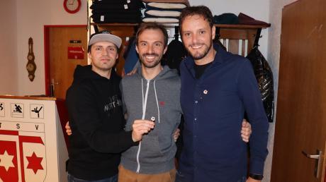 Auf der Jahreshauptversammlung der Klosterlechfelder Fußballer wurden Matthias Ballatz (rechts) und Sebastian Richly (links) von Spielleiter Tobias Müller für jeweils 400 Spiele mit der Goldenen Ehrennadel ausgezeichnet.