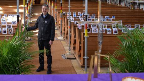 Nach der Messe begibt sich Stadtpfarrer Christoph Leutgäb zu den Fotos der Gläubigen im zur Renovierung eingerüsteten Kirchenraum. n