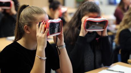 Die Corona-Krise hat vermutlich die letzten Zweifler überzeugt, wie wichtig eine funktionierende digitale Infrastruktur und der versierte Umgang mit ihr für unsere Gesellschaft ist. Jetzt investiert Königsbrunn kräftig in die Schulen.