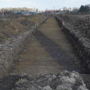 Zwei derartige Spuren aus dunklem Humus traten nach Abziehen der Geländedecke zum Vorschein. Dabei könnte es sich um den Hinweis auf ehemalige römische Wasserleitungen handeln.