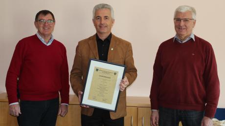 Das Bild zeigt von links Bürgermeister Konrad Dobler, Franz Wilhelm und Bürgermeister Kornelius Griebl.