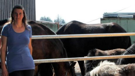 Elke Kerler zeigt das Gatter, aus dem die Pferde entwichen sind.