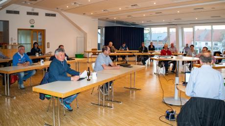Abstand halten war bei den Haushaltsberatungen des Gemeinderats Graben im Bürgersaal angesagt.