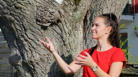 Tänzerin Annika Raffler lässt die Klopapierrolle durch die Luft fliegen: Die Klosterlechfelder Faschingsgesellschaft Lecharia hat die Herausforderung zur Klopapier-Challenge angenommen und ein Video gedreht.