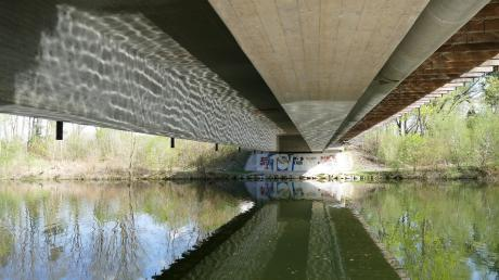 Bis in den September werden die Arbeiten zur Sanierung der Wertachbrücke in Wehringen dauern. Dabei wird auch der Sprengschacht verfüllt.