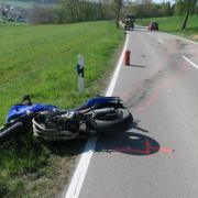 In Mering bremste ein Motorradfahrer an einer Roten Ampel. Der hinter ihm fahrende Senior konnte jedoch nicht rechtzeitig reagieren.