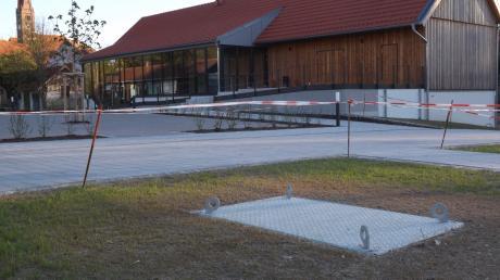 In Walkertshofen sollte der Maibaum am neuen Standort neben dem umgebauten Lagerhaus in Walkertshofen aufgestellt werden. Doch die Feier wurde abgesagt. So bleibt der Aludeckel, auf dem die Befestigung samt Maibaum jetzt eigentlich stehen würde, heuer leer.