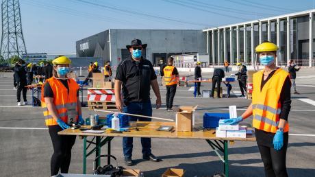 Während der morgendlichen Verkaufszeit für Gewerbekunden blieb für Daniel Siegmund (Mitte) Zeit, bei seinen Mitarbeitern an den Tischen vorbeizuschauen.