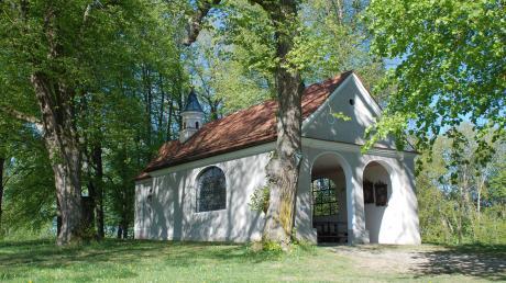 Die 1685 errichtete Herrgottsruhkapelle hoch über der Staudengemeinde Mickhausen wird immer wieder als Partytreffpunkt missbraucht. Margit Vogel und Bürgermeister Hans Biechele mit dem Gästebuch der Herrgottsruhkapelle, aus dem ganze Seiten herausgerissen und angezündet wurden.