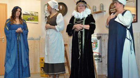 Im Herbst bringt die Theatergruppe Mickhausen im Schlosshofsaal ein heiteres Lustspiel zur Aufführung. Das Szenenbild aus dem Vorjahr zeigt (von links) Franziska Biechele, Carola Maier, Silvia Ramminger und Karina Wiedemann.