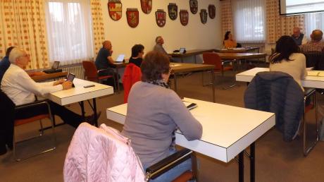 Mit ausreichend Abstand saßen die Gemeinderäte während der Sitzung in Langenneufnach an Einzeltischen.
