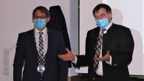 Nach der Übergabe der Amtskettean Marcus Knoll stand der scheidendeBürgermeister Konrad Dobler (rechts)mit leeren Händen da.