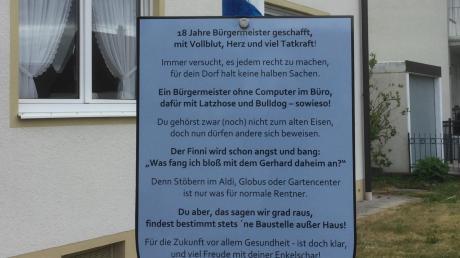 In der Freinacht hat jemand einen Maibaum vor dem Haus von Gerhard Mößner aufgestellt.