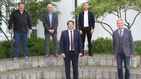 Rudolf Schneider (rechts) begrüßte die vier neuen Gemeinderäten (von links) Günther Ostermair, Wolfgang Wech, Felix Zinßer und Jürgen Langhammer.