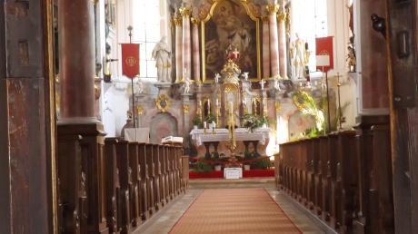 Die Türen stehen offen: Aber in vielen Kirchen (im Bild rechts Walkertshofen) gibt es am Wochenende Platzanweiser. Außerdem ist eine telefonische Anmeldung nötig.