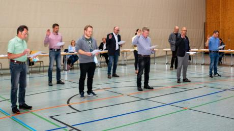 Bürgermeister Erwin Goßner (rechts) nimmt den neuen Gemeinderatsmitgliedern den Amtseid ab.