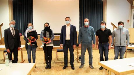 Bürgermeister Erwin Losert (links, CSU) begrüßte die sechs neuen Gemeinderatsmitglieder in ihrer ersten Sitzung: (von links) Lisa Krabiell (CSU), Susanne Mayr (UBL), Peter Hamparian (CSU), Christian Riedl (CSU), Alexander Rid (UBL) und Maximilian Rid (FWG).