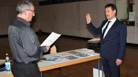 Der neue Bürgermeister Robert Irmler (rechts) wurde vom Ratsältesten Michael Weber vereidigt, der danach zum Zweiten Bürgermeister gewählt wurde.