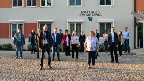 In der goldenen Abendsonne präsentiert sich der neue Gemeinderat auf dem Rathausplatz.