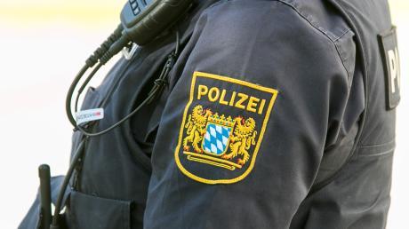 Die Dillinger Polizei ermittelt, nachdem ein Unbekannter Radmuttern an einem Auto gelöst hat.
