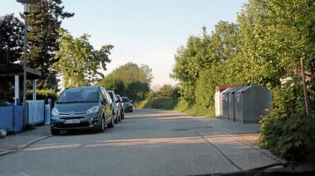 Parkende Autos verengen die Bayernstraße in Klosterlechfeld gegenüber Grundstücksausfahrten oder wie hier am Wertstoffcontainer.