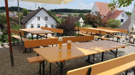 Noch sind die Tische in diesem Biergarten leer, doch das soll sich bald ändern. Allerdings gelten Beschränkungen.