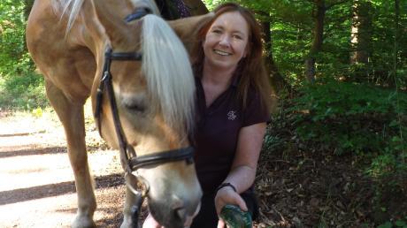 Während der Austritte mit ihrem Pferd verteilt Wiltrud Zureck ihre liebevoll bemalten Steine.