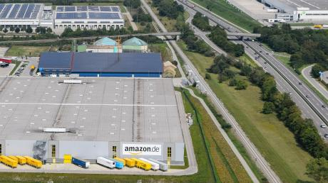 Mit der Aufstockung der Amazon-Halle unmittelbar neben Bahnlinie und B17 um zwei Ebenen werden Gewerberäume ohne Flächenverbrauch geschaffen.