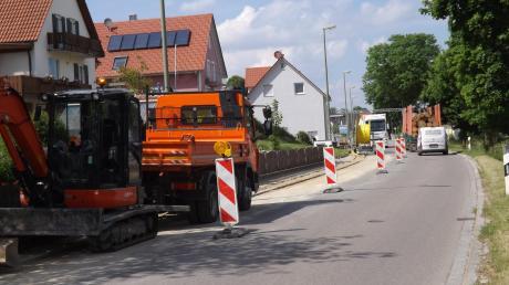 Auf der Hauptstraße in Langenneufnach gibt es Verkehrsbehinderungen.