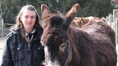 Elke Kerler mit Esel Sancho. Einige Tiere musste sie schon abgeben.