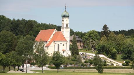 Malerisch liegt das Ziel Kirch-Siebnach vor Augen. Die Wallfahrtskirche St. Georg wurde im Jahr 1238 erstmals urkundlich erwähnt.