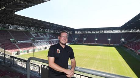 Die normalerweise bestens gefüllten Stehplätze im Stadion des FC Augsburg sind an den Spieltagen der Hauptarbeitsplatz von FCA-Fanbetreuer Markus Wiesmeier. Während der Geisterspiele verbringt er die meiste Zeit vor der Arena.