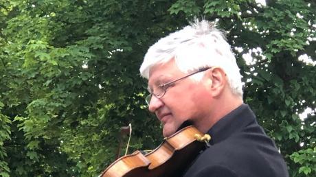 Christian Echl, Dirigent des Augsburger Ärzteorchesters, bot mit seiner Violine ein buntes Nachmittagskonzert im Garten des AWO-Seniorenheims.