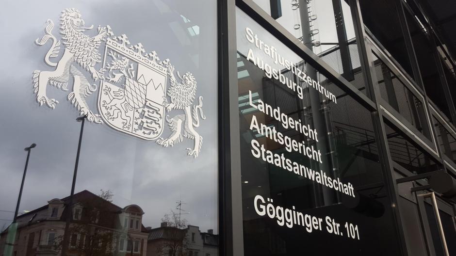 Ein 27-Jähriger BVB-Fan hätte sich vor dem Augsburger Amtsgericht verantworten müssen, doch dann wurde ihm die Anreise erspart.