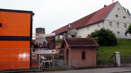 """Die Nähe des """"Neuen Schorerhofs"""" zum benachbarten Bauernhof stößt in Langerringen auf Bedenken wegen Lärm und Geruch. Die kleine Kapelle im Vordergrund bleibt auf jeden Fall erhalten, sie steht unter Denkmalschutz."""