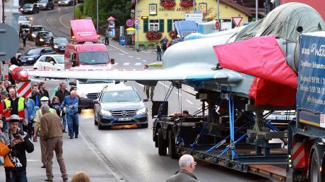Schon mehrfach rollten Eurofighter-Transporte durch das Kaufbeurer Stadtgebiet. Dieses Foto entstand 2010 am Kemptener Tor. Die Jets werden alle paar Jahre auf dem Landweg nach Manching transportiert, wo sie wieder flugfähig gemacht wurden.