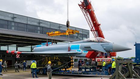 Ein Eurofighter wurde in Lagerlechfeld verladen. Er wird auf dem Landweg nach Kaufbeuren gebracht.