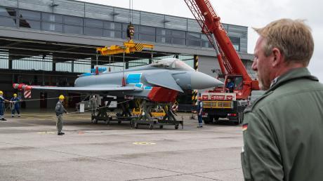 Der technische Verantwortliche Marcus Wirsen beobachtet die Verladung des Eurofighters in Lagerlechfeld.